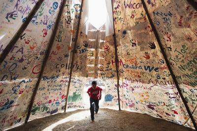Ganadora en Historias en la categoría de Temas Contemporáneos, captada por la fotógrafa canadiense Amber Bracken, muestra al niño Jesse Jaso, de 12 años, en una tienda del campamento de la piedra sagrada, firmada por simpatizantes de Norteamérica y del mundo entero, para apoyar a la comunidad Standing Rock Sioux en contra de la construcción del oleoducto Dakota Access Pipelines.