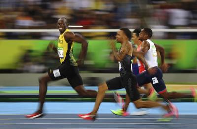 Fotografía ganadora del tercer premio en la categoría de Deporte, del fotógrafo Kai Oliver Pfaffenbach, que captura el instante en el que el atleta jamaicano Usain Bolt sonríe a la cámara mientras deja atrás al resto de competidores durante la semifinal de los 100 metros lisos de los Juegos Olímpicos celebrados en Río de Janeiro.