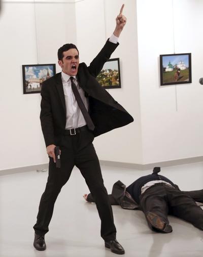 Imagen ganadora del World Press Photo of the Year tomada por el fotógrafo Burhan Ozbilici que muestra el asesinato del embajador ruso Andrey Karlov en una exposición fotográfica en Turquía.