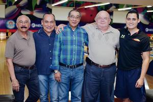 12022017 EN EL BOLICHE.  Roberto, Félix, Carlos, Toño y Samuel.