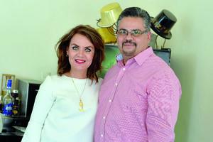 12022017 EN FESTEJO.  Lucía Valdez y Marco Mendoza.
