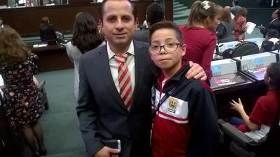 El menor posó junto al diputado José Refugio Sandoval.