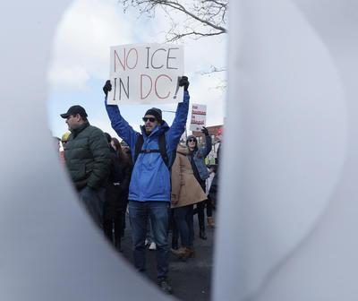 """Con cánticos y pancartas, decenas de inmigrantes latinos marcharon hoy jueves 16 de febrero hacia la Casa Blanca en contra de las políticas migratorias del Presidente Trump y apoyando al movimiento latino """"Un Día sin Inmigrantes"""" realizado en Washington."""