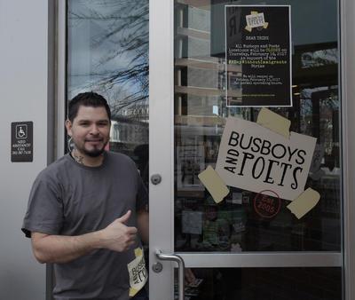 """El salvadoreño Robert Ventura del bar """"Busboys and Poets"""" de Washington, DC cerró  en apoyo al movimiento """"Un Día sin Inmigrantes""""."""