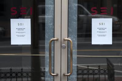 Vista de dos anuncios colgados en la puerta de un restaurante cerrado en solidaridad con la protesta 'Día sin inmigrantes' en Washington.