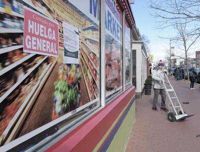 """En la capital estadounidense, inmigrantes salvadoreños, colombianos, indios o coreanos se sumaron a una huelga nacida de manera espontánea para protestar contra las medidas de Trump que quieren poner fin a las llamadas """"ciudades santuario"""", acelerar las deportaciones de indocumentados y prohibir la entrada a refugiados."""
