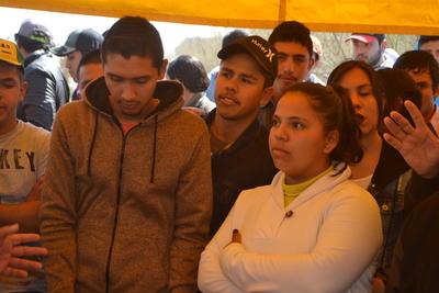"""Cristina Macías comentó """"Nosotros estamos de acuerdo con la manifestación de los profesores, entendemos que se están violando sus derechos y lo respetamos, desde hace una semana estuvimos levantando listas de los alumnos para ver a qué parte del país iban""""."""