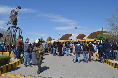 La tesorera dijo que son 2 mil 100 alumnos que provienen de estados como Chiapas, Oaxaca, Querétaro, Zacatecas, Culiacán Chihuahua, Durango, Michoacán y Yucatán, entre otros. Unos 500 alumnos, se quedan en el internado de la UAAAN.