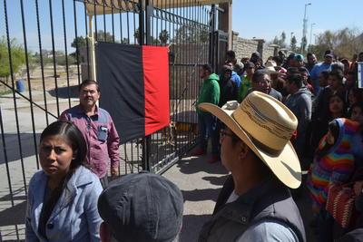 Los manifestantes colocaron una bandera rojinegra en los accesos principales de la universidad.