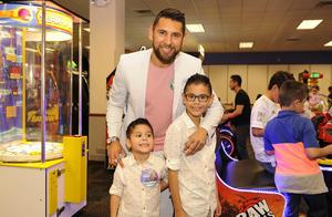 Bastiaan y Luka con su papá, Jonathan Orozco