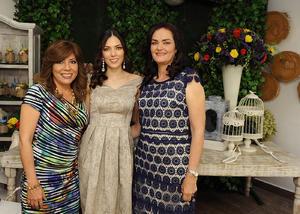Con su mamá, Soledad Aguirre, y su suegra, Yvonne Escobarett