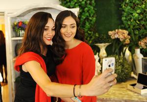 María y Cristina tomándose una selfie
