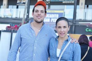 20022017 EN EL MERCADITO.  David y Bárbara.