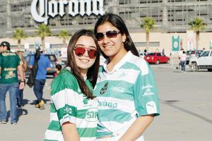21022017 EN EL FUT.  Marcela y Ana Paula.