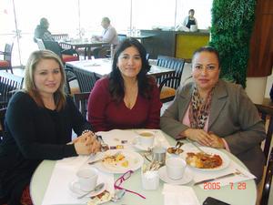 22022017 FESTEJA SU CUMPLEAñOS.  Paty Torres con Carolina Milán y Deborah Blanco.