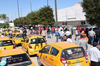 """""""Tenemos que pagar varios derechos municipales y en cuanto a las condiciones de los vehículos, en tanto que los Uber sólo nos hacen desleal competencia"""", recalcó Guzmán."""