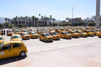 Organizaciones de taxistas de Torreón se concentraron en la Plaza Mayor en protesta porque el Congreso del Estado no ha publicado la regulación para las empresas prestadoras de servicio de transporte Uber.