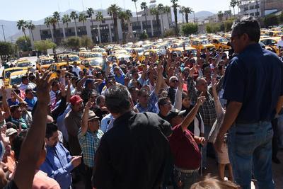 Fueron alrededor de 500 los taxis que se concentraron en la Plaza Mayor.