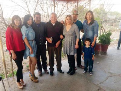23022017 Familia López festejando a don Gilberto López Álvarez.