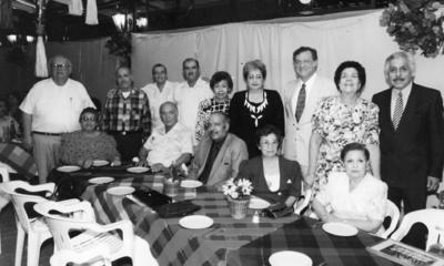 26022017 Emma Wong y Celia Félix en compañía de un grupo de amigos en julio de 1989.