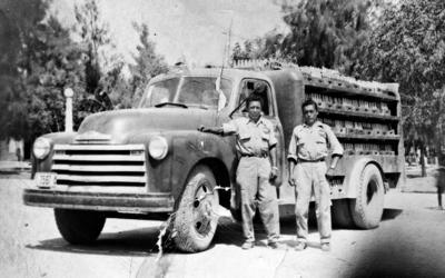 26022017 Salvador Carrillo y Nato trabajando en 1955.