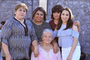26022017 REUNIóN FAMILIAR.  Adela, Mary Aurora, Karla, Daniela y Zoila.