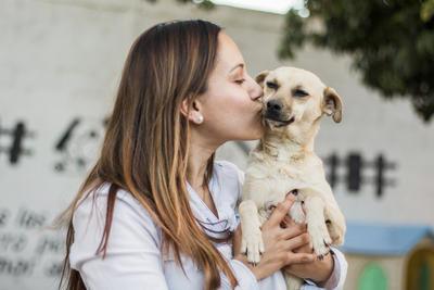 """A partir de ahí su labor no ha parado. """"Para mí era muy difícil ver pasar a los perros en la calle y cerrar los ojos, no hacer nada. Decidí ser activista y realmente hacer algo por ellos""""."""
