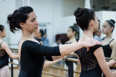 Luego continuó con sus estudios de ballet e ingresó al Instituto Superior de Arte de La Habana, donde cursó la licenciatura en Arte Danzario, con perfil en ballet y danzas históricas, dos especialidades en las cuales hoy es maestra.