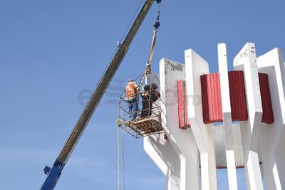 El monumento del Torreón tiene una medida de 12 metros de altura y pesa aproximadamente 18 toneladas de concreto.
