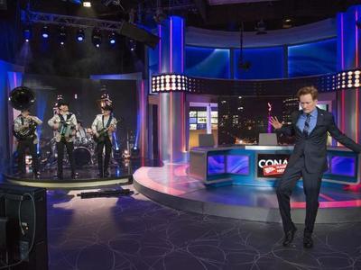 Conan O'Brien mostró sus pasos en el show mientras bailaba al sonar de la música regional mexicana.