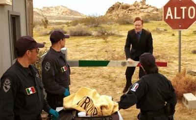 En el programa transmitido se inició con una escena de O'Brien con traje caminando en el desierto hasta un puesto fronterizo vigilado por guardias mexicanos, que le piden su pasaporte.