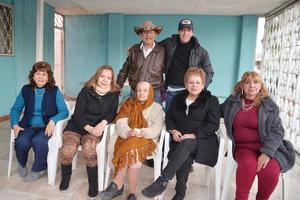 02032017 CUMPLE UN AñO MáS DE VIDA.  La señora Marcelina el día de su cumpleaños en compañía de sus hijos.