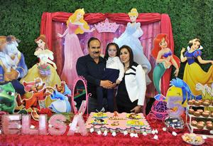 La cumpleañera con sus papás, Ignacio Salcido y Perla Matías