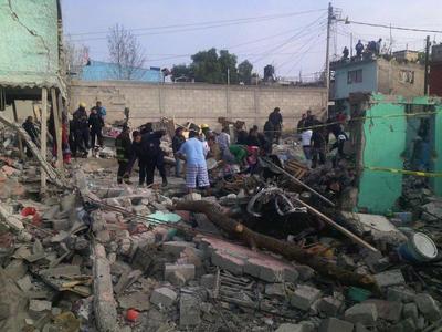 Mencionaron que la explosión ocurrió en una vivienda de dos niveles, por lo que el cuarto de abajo quedó sin paredes y el de arriba con boquetes, a menos de un kilómetro del palacio municipal.