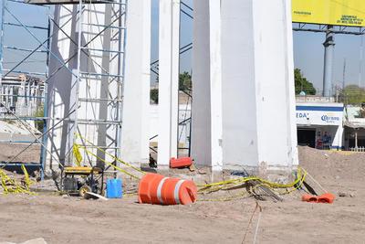 Con cinta amarilla, los inconformes rodearon la estructura ya fragmentada para evitar su retiro.