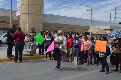 Fue alrededor de las 14:20 horas que un vehículo de la marca Ford frenó de golpe frente a los manifestantes, quienes lanzaron insultos a la conductora de la unidad; ante tal situación, la mujer al volante optó por acelerar y en su trayectoria golpeó a una joven embarazada en un brazo.