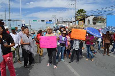 La tarde del martes que se reportó un bloqueo en la antigua carretera Torreón-San Pedro, en los que aproximadamente 40 vecinos de la colonia Villas San Agustín estaban tapando el paso a los vehículos.