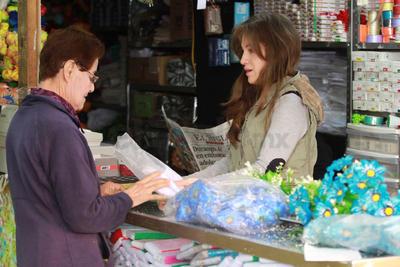 Los roles que desempeña en el hogar, como madre, esposa o ama de casa, dificultan su desarrollo laboral.