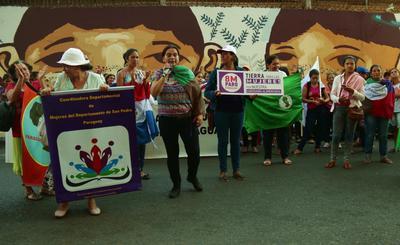 Mujeres campesinas paraguayas protestan frente a la sede del ministerio de Agricultura y Ganadería, en Asunción.