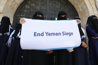 Participan en una concentración en conmemoración del Día Internacional de la Mujer ante las oficinas de la ONU en Saná, Yemen.