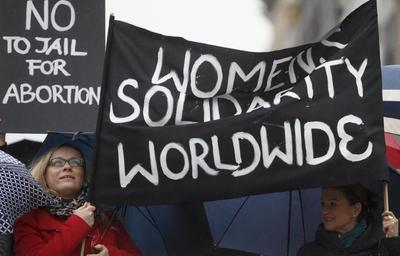 Mujeres polacas se manifiestan en los alrededores de la sede de la Comisión Europea, en Bruselas, Bélgica.