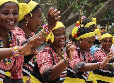Mujeres bailan durante una ceremonia celebrada con motivo del Día Internacional de la Mujer en Bangalore, en India.