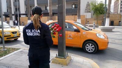Elementos de la policía de Torreón regalan rosas a las mujeres en el Día Internacional de la Mujer con el fin poner a sus órdenes la Unidad de atención a víctimas.