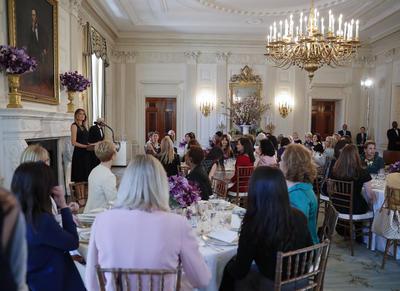 Entre las asistentes estaba su hijastra Ivanka Trump; la esposa del vicepresidente Mike Pence, Karen; la asesora presidencial Kellyanne Conway; y la secretaria de Educación Betsy DeVos.