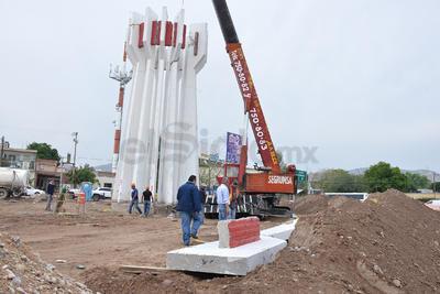 El proceso de bajar las columnas del monumento causó expectativa de conductores y vecinos.
