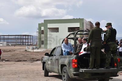 El general Salvador Cienfuegos recorrió la obra del cuartel de San Pedro.