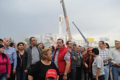 """Ante los gritos de """"muera el mal gobierno"""" y entonando el Himno Nacional, decenas de laguneros observaron como era desmontada la última de las piezas del Torreón."""