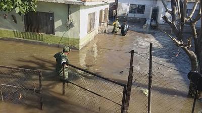 El agua inundó cinco viviendas, en donde alcanzó una altura de aproximadamente un metro, causando daños considerables.