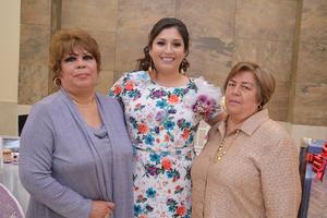 11032017 Violeta acompañada por sus abuelitas.