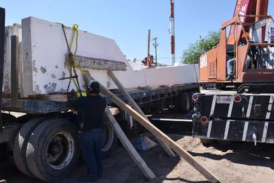 Los trabajos de traslado están a cargo de la misma empresa constructora encargada de la obra que deberá regresarlo a su sitio.